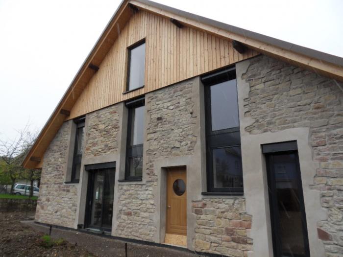 Transformation d'une grange en habitation : Vue du jardin